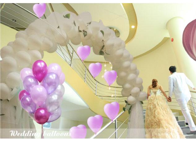 用白色&粉紫气球与花纱搭造拱门与楼梯延伸浪漫气氛
